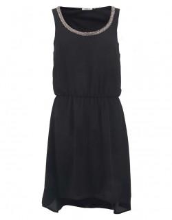 Černé šaty bez ramínek na ples
